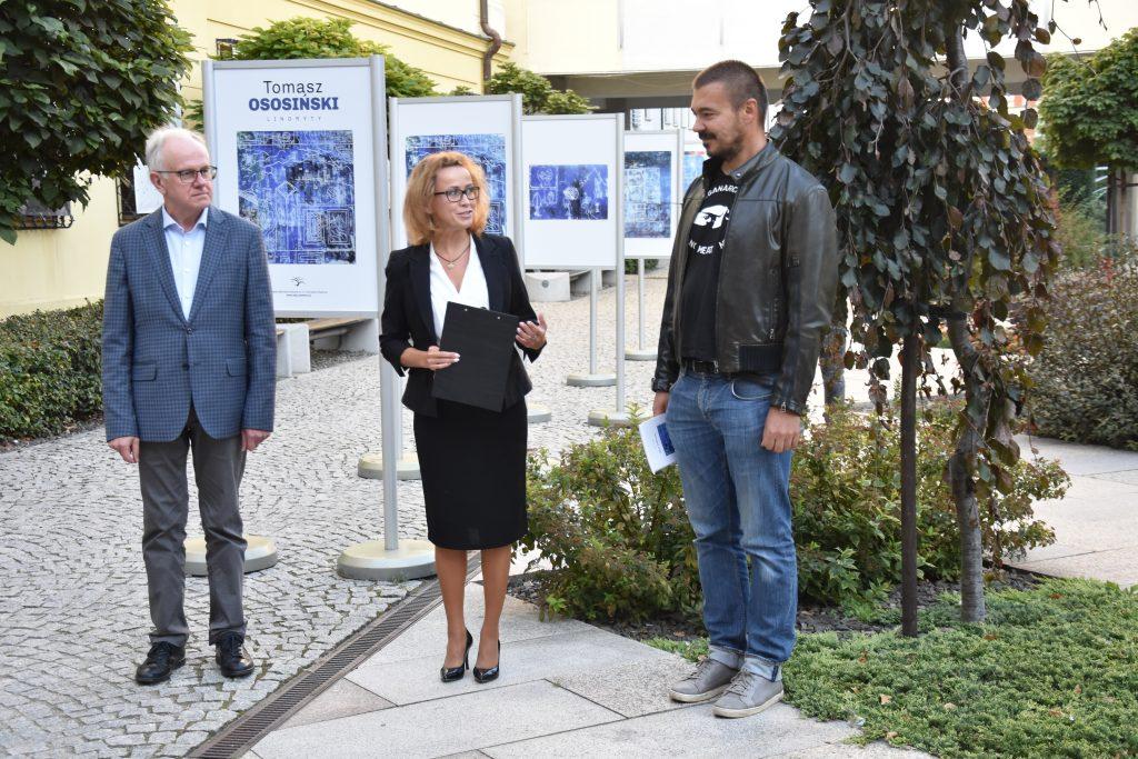 Wręczenie nagrody głównej w konkursie na autorską książkę literacką świdnica 2020, Andrzej Protasiuk, Ewa Cuban, Tomasz Ososiński