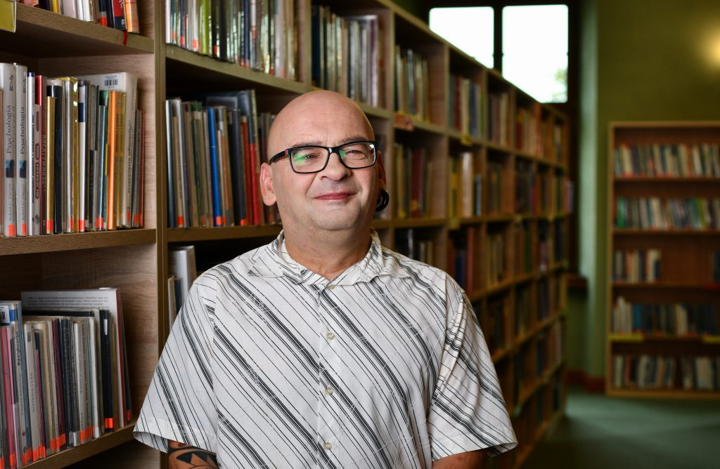 Robert Staniszewski - bibliotekarz o wielu pasjach, który na swoich zajęciach pozostawia szerokie pole do wyrażania poglądów