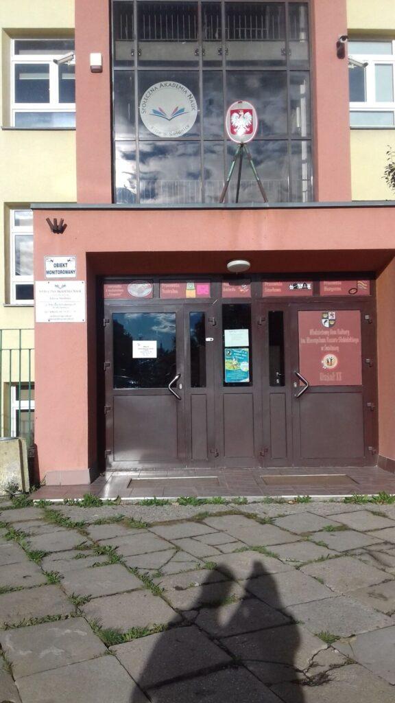 Informacja o otwarciu Filii nr 2- wejście do budynku