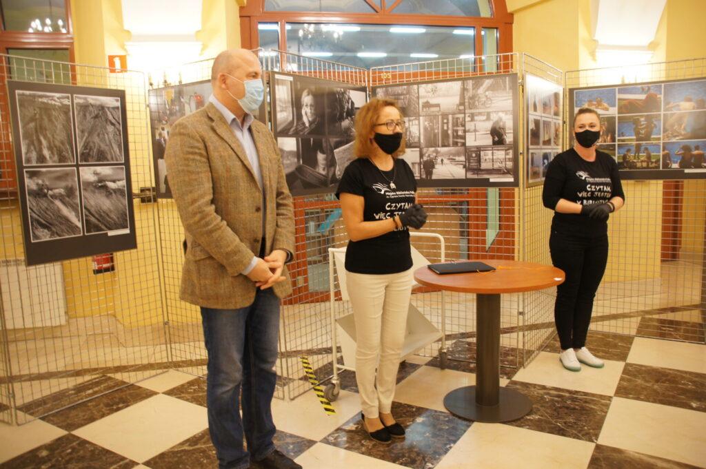 Gra miejska KLIMAT NA CZYTANIE, wręczenie nagród. Od lewej: Jan Dzięcielski, Ewa Cuban, Marta Wojciechowska
