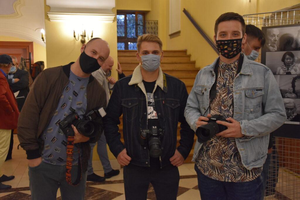 Wernisaż wystawy ZESTAW 2020. Od lewej: Wiktor Bąkiewicz, , Daniel Gębala