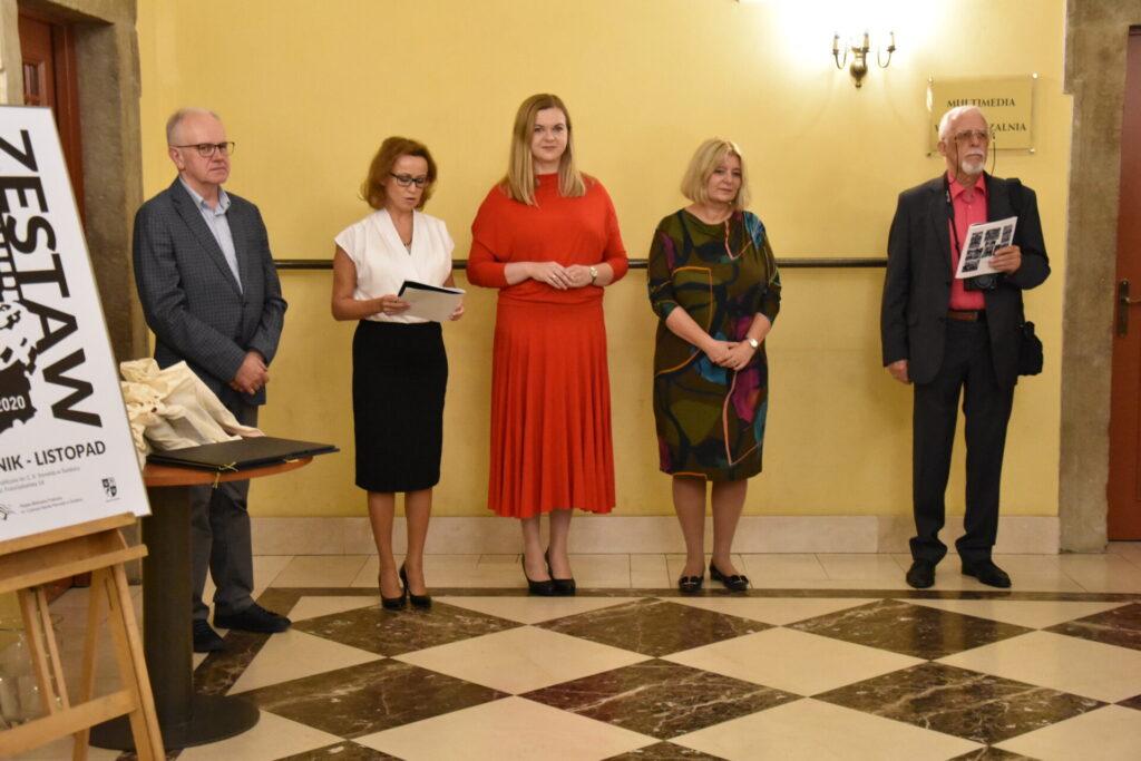 Wernisaż wystawy ZESTAW 2020. O lewej: Andrzej Protasiuk, Ewa Cuban, Anna Rudnicka, Beata Moskal-Słaniewska, Andrzej Rutyna