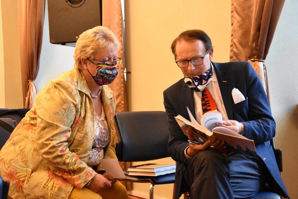 Spotkanie autorskie ze Stanisławem Sławomirem Nicieją. Autor z czytelniczką