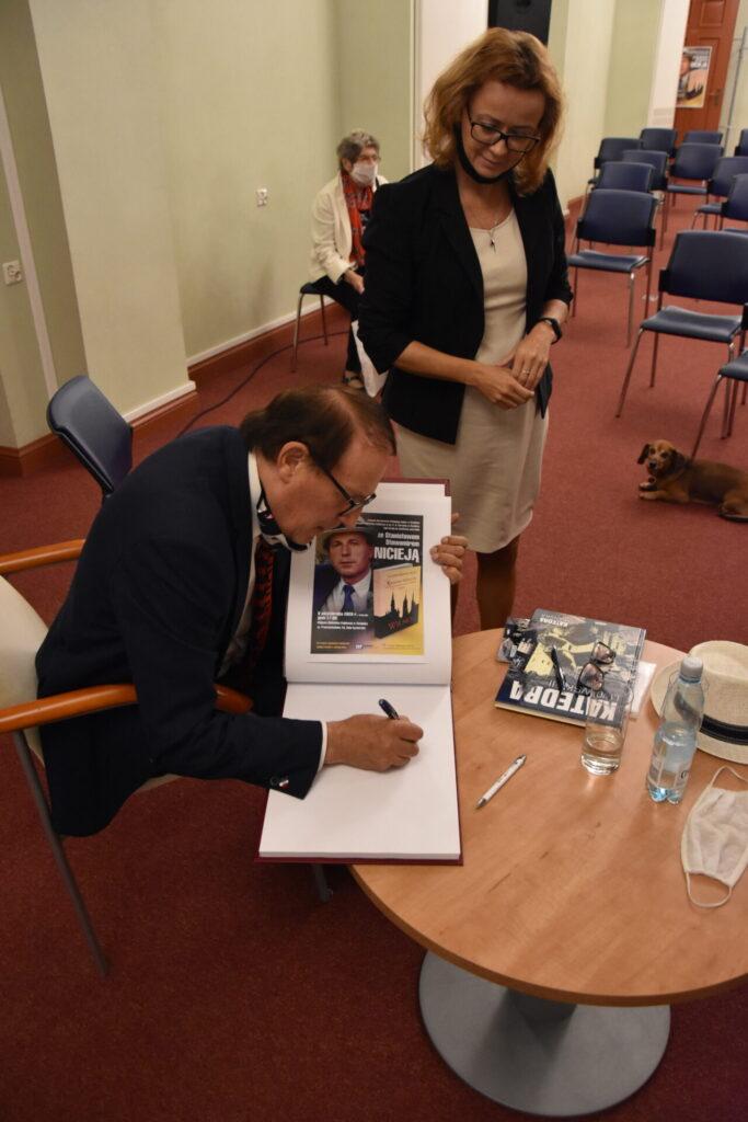 Spotkanie autorskie ze Stanisławem Sławomirem Nicieją. Autor z dyrektorką Ewą Cuban