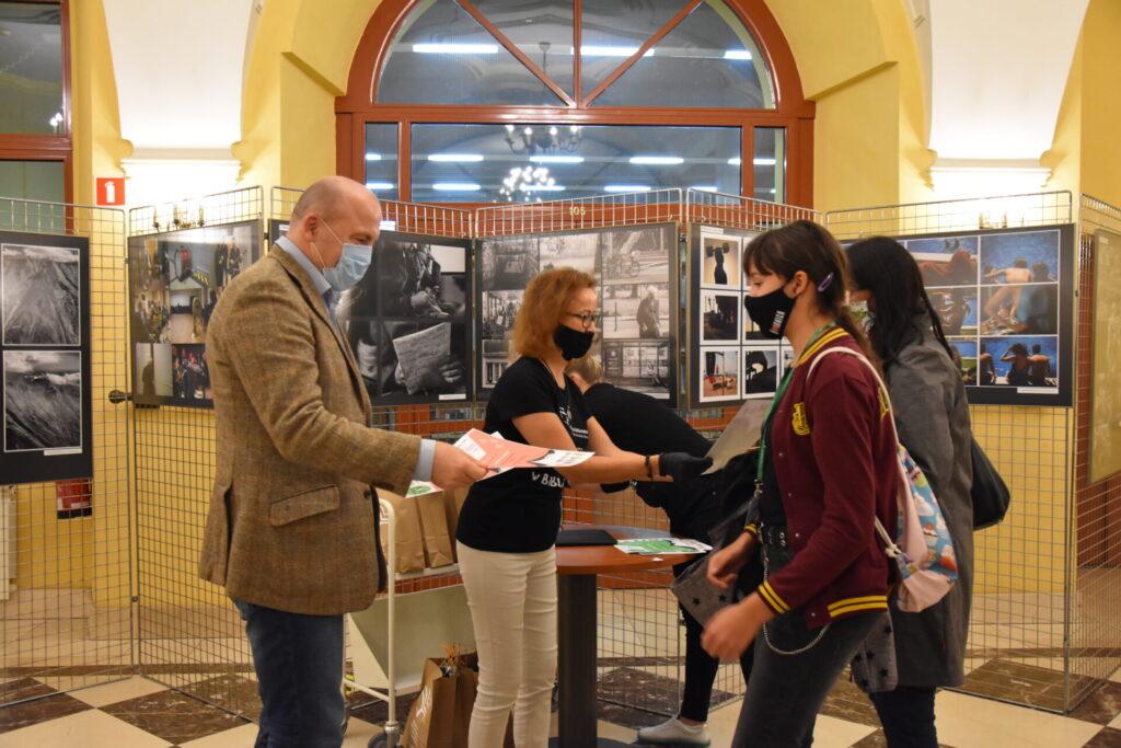 Gra miejska KLIMAT NA CZYTANIE, wręczenie nagród. Od lewej Jan Dzięcielski, Ewa Cuban, uczesnicy