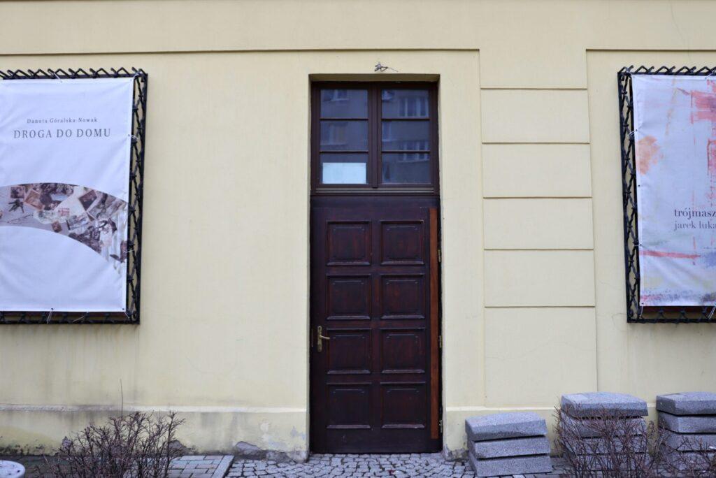Zdjęcie przedstawiające boczne wejście do budynku głównego Biblioteki