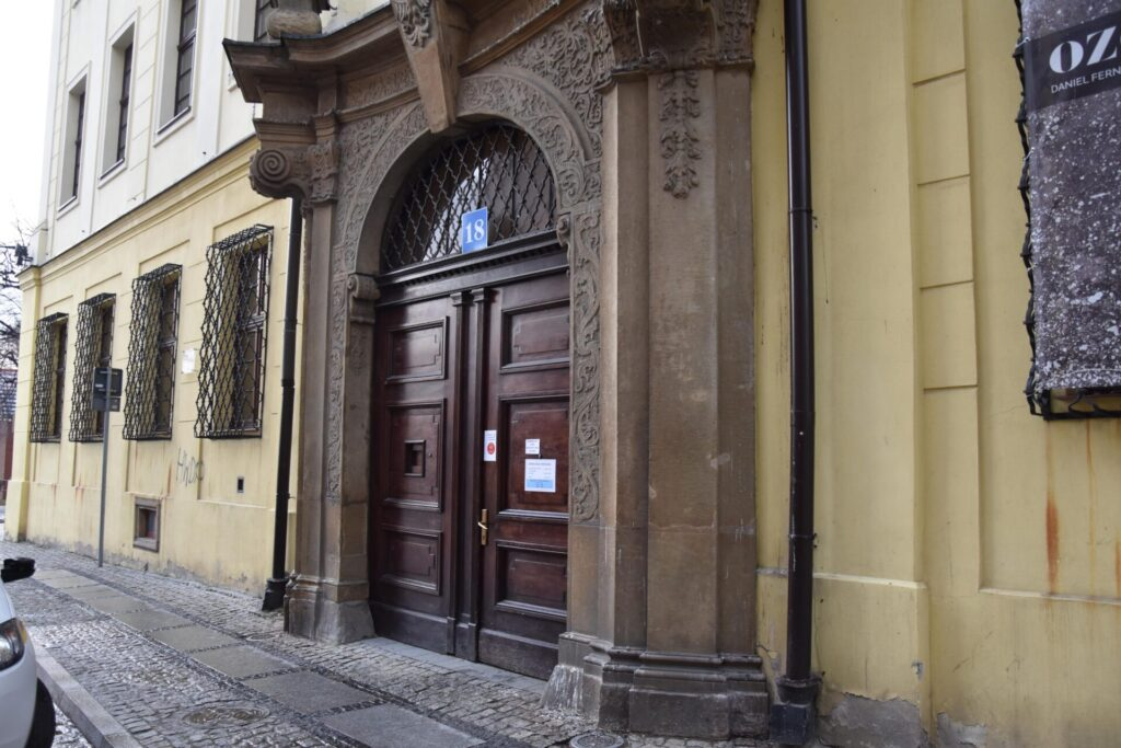 Zdjęcie przedstawiające wejście do budynku głównego Biblioteki przy ulicy Franciszkańskiej 18