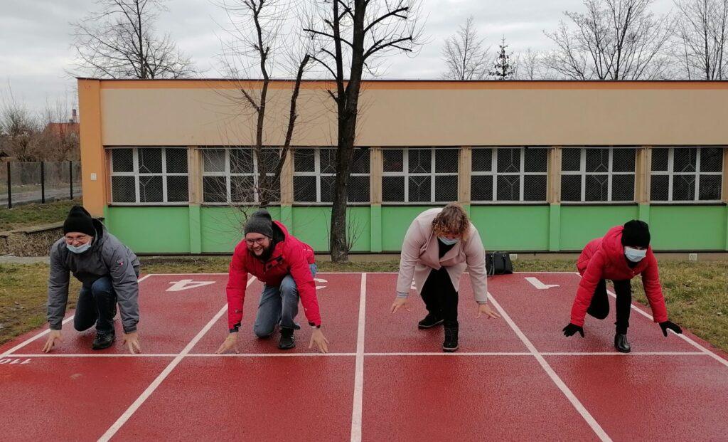 Ćwiczenia z sonetu - uczestnicy warsztatów na bieżni sportowej