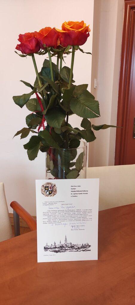 Bukiet róż oraz list gratulacyjny od Prezydent Miasta Świdnicy - Beaty Moskal-Słaniewskiej