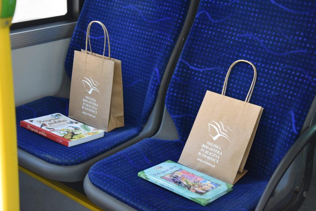 książki na siedzeniach w NORWIDbusie