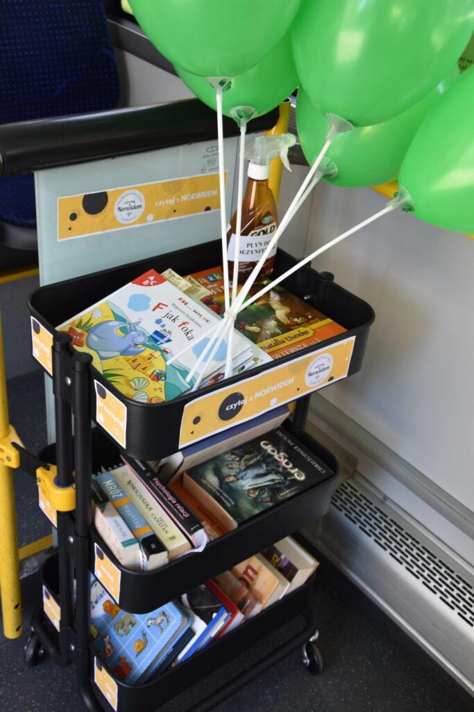 regał z książkami w NORWIDbusie