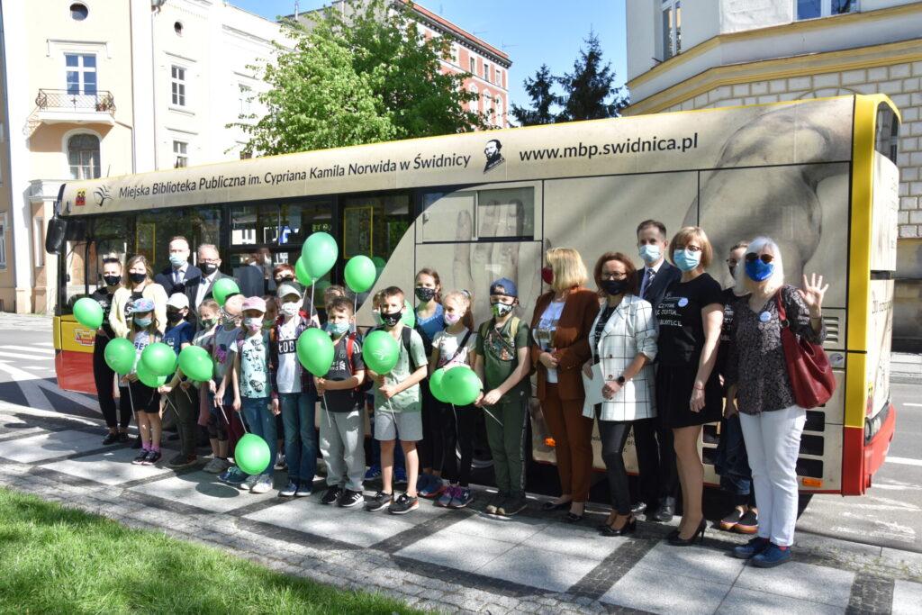 Dzieci podczas otwarcia NORWIDbusa