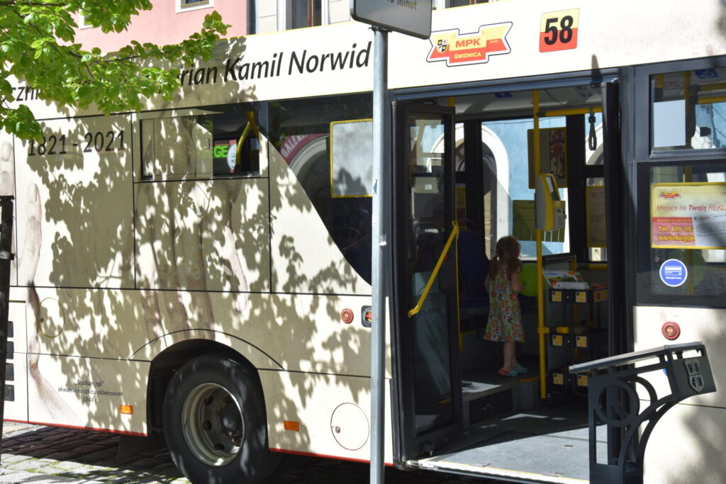 Czytelnicy w NORWIDbusie
