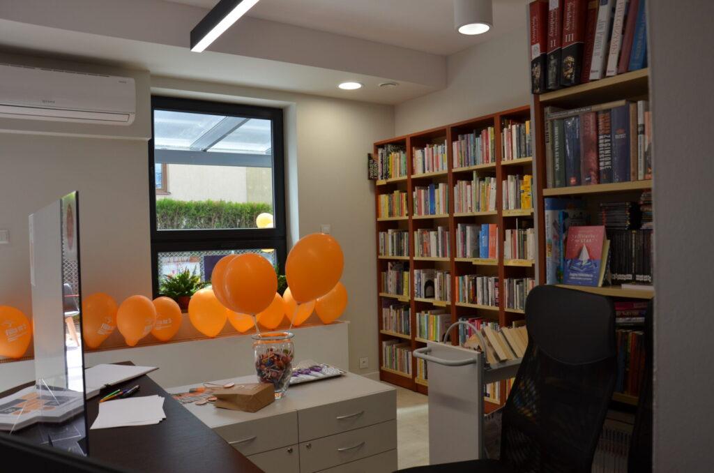 lada, na której stoją pomarańczowe balony