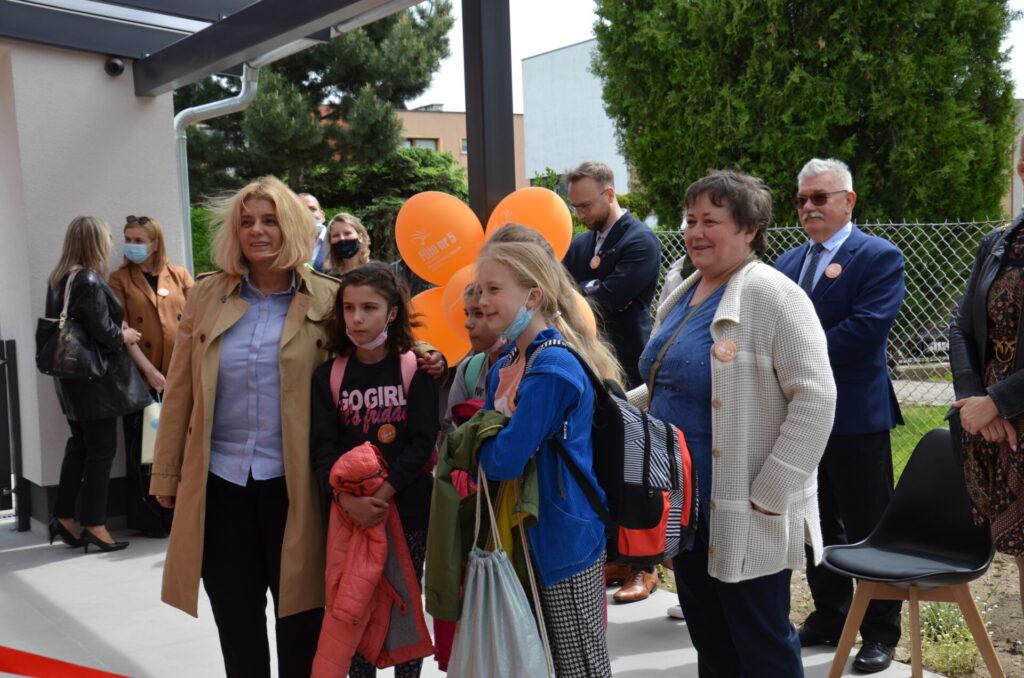 Pani prezydent Beata Moskal-Słaniewska, z uczniami i nauczycielką