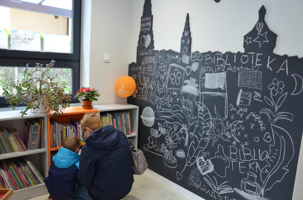 Czytelnicy w bibliotece