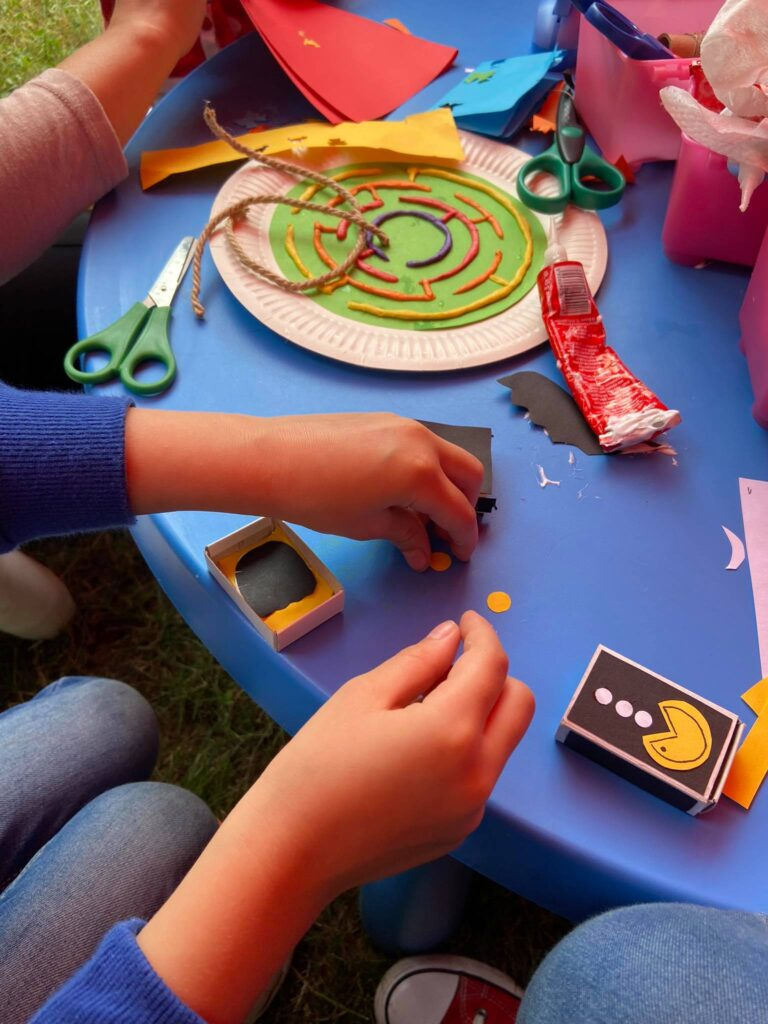 dzieci w trakcie zabawy plastycznej