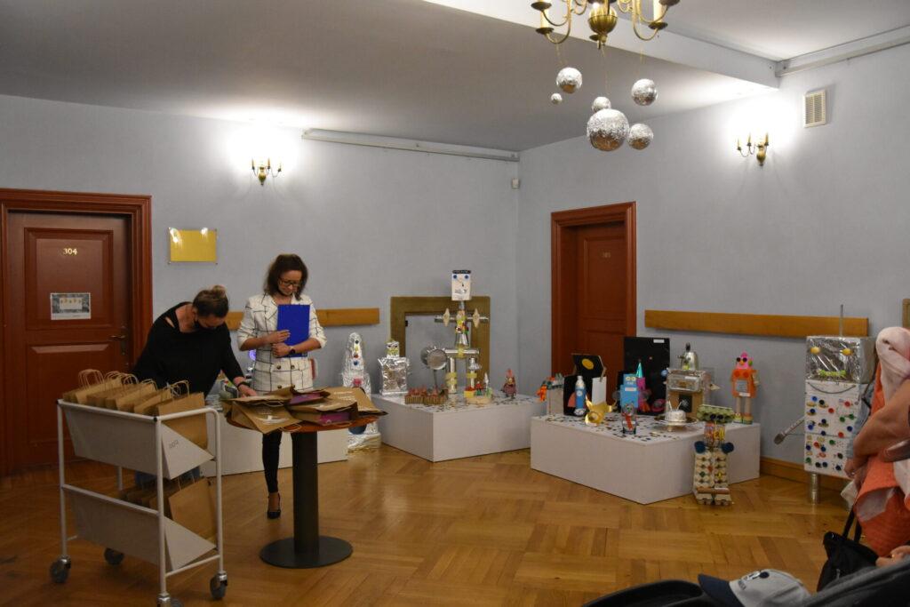 Przyszykowania do rozdania nagród w konkursie kosmiczne eko - hol biblioteki II piętro