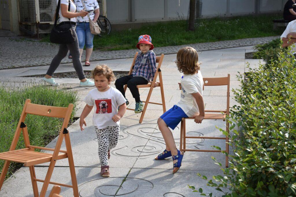 dzieci biegające po placu