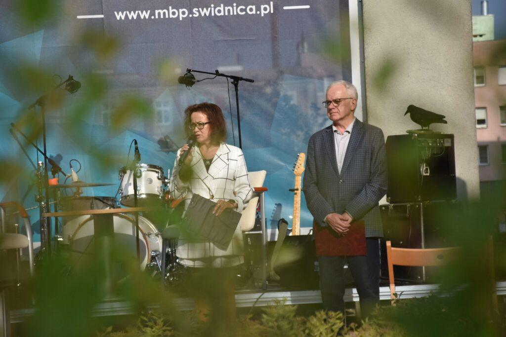 Biesiada literacka na placu z Dzikami przy bibliotece - dyrektor  Ewa Cuban i Andrzej Protasiuk rozpoczynają biesiadę