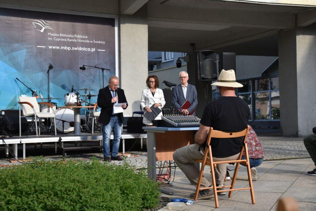 Biesiada literacka na placu z Dzikami przy bibliotece - Karol Maliszewski, Ewa Cuban, Andrzej Protasiuk