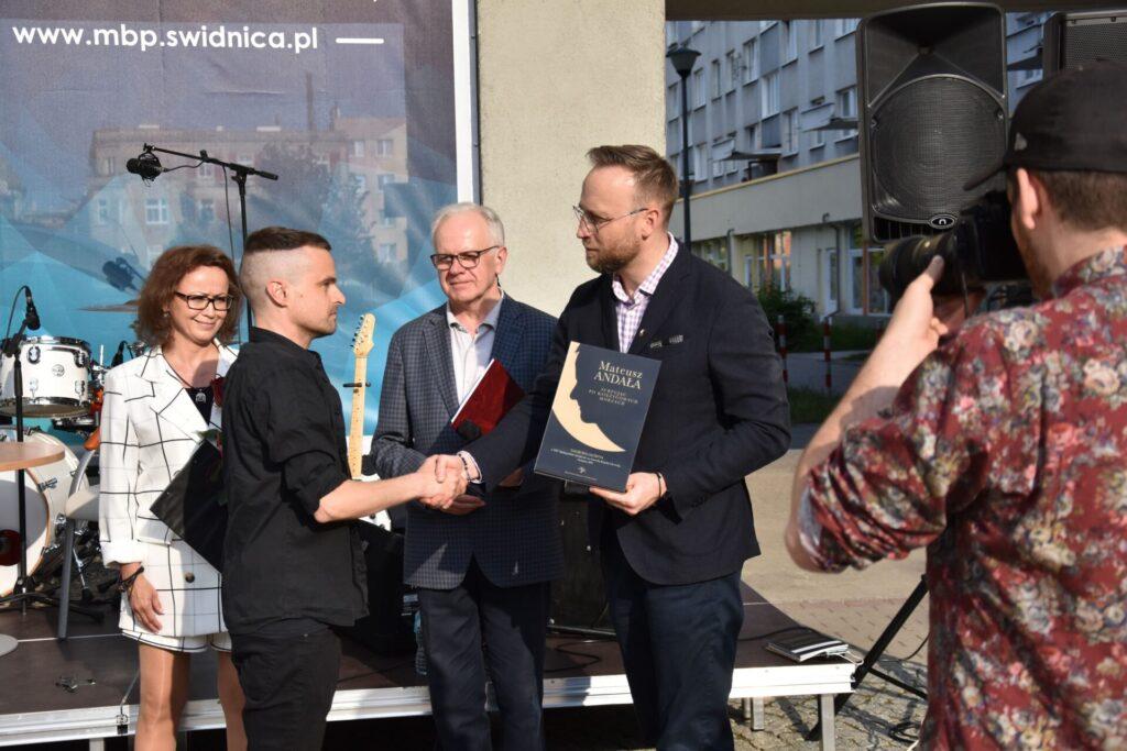 Wręczenie nagrody Mateuszowi Andale przez Wiceprezydenta Szymona Chojnowskiego