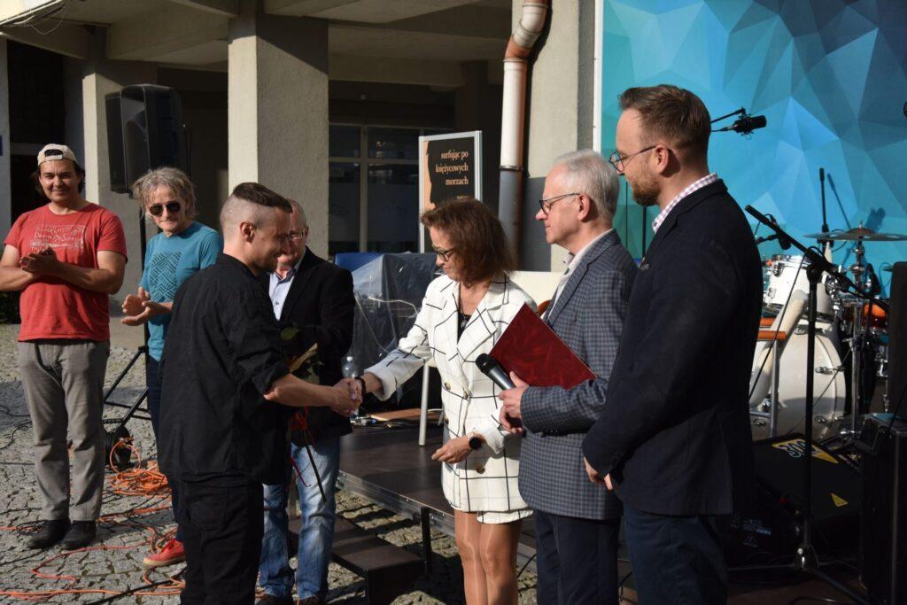 Wręczenie nagrody Mateuszowi Andale - gratulacje