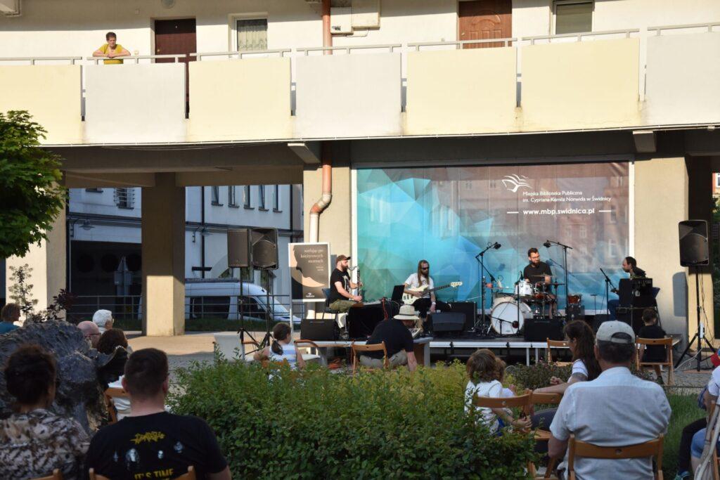Koncert zespołu Strefa Niskich Ciśnień - na placu z dzikami, przy bibliotece