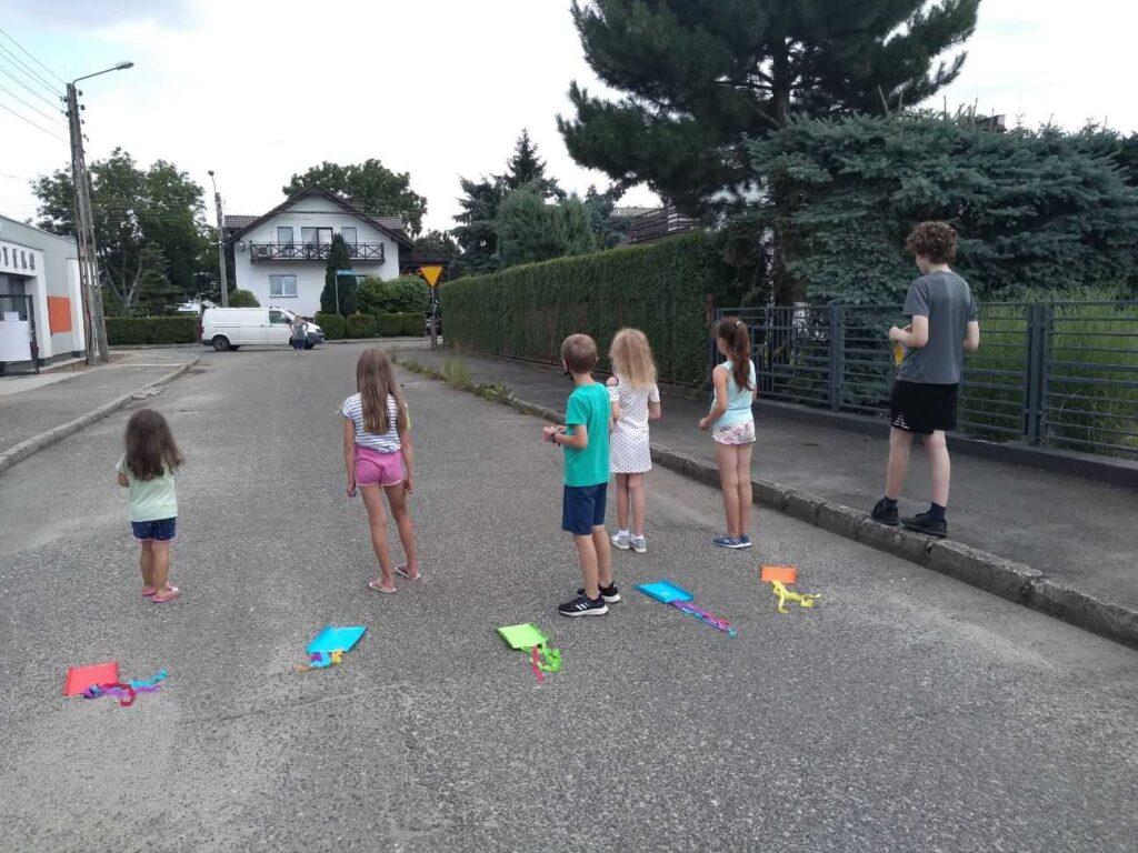 Dzieci bawiące się przed filią nr 5