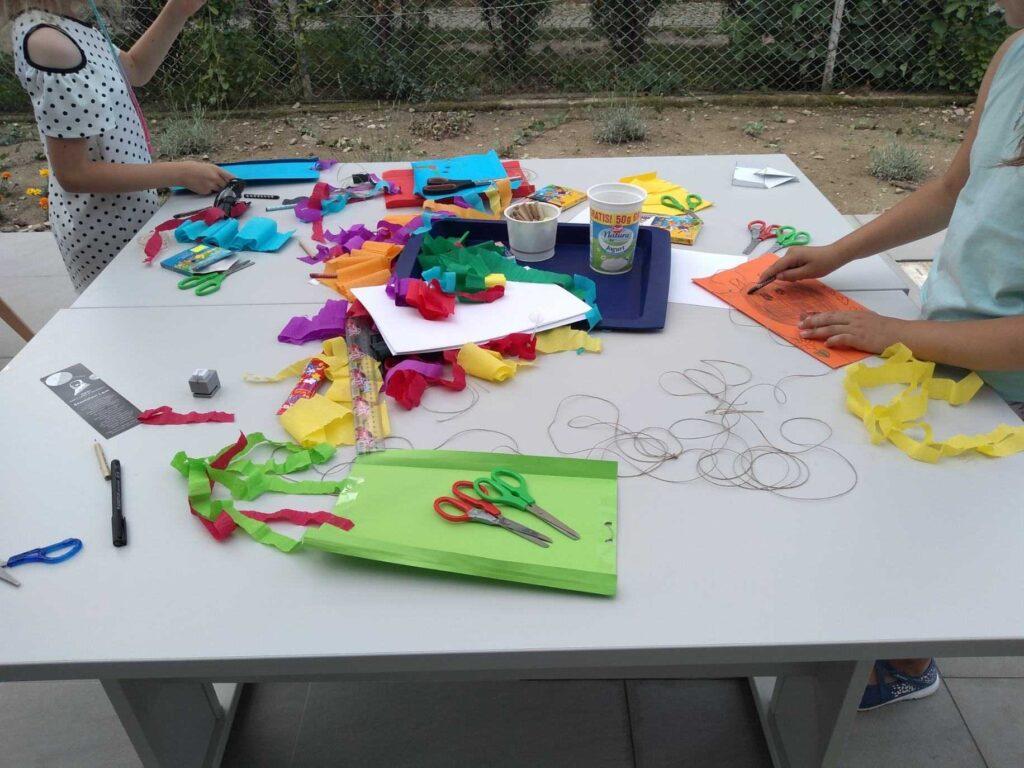 materiały plastyczne na stole