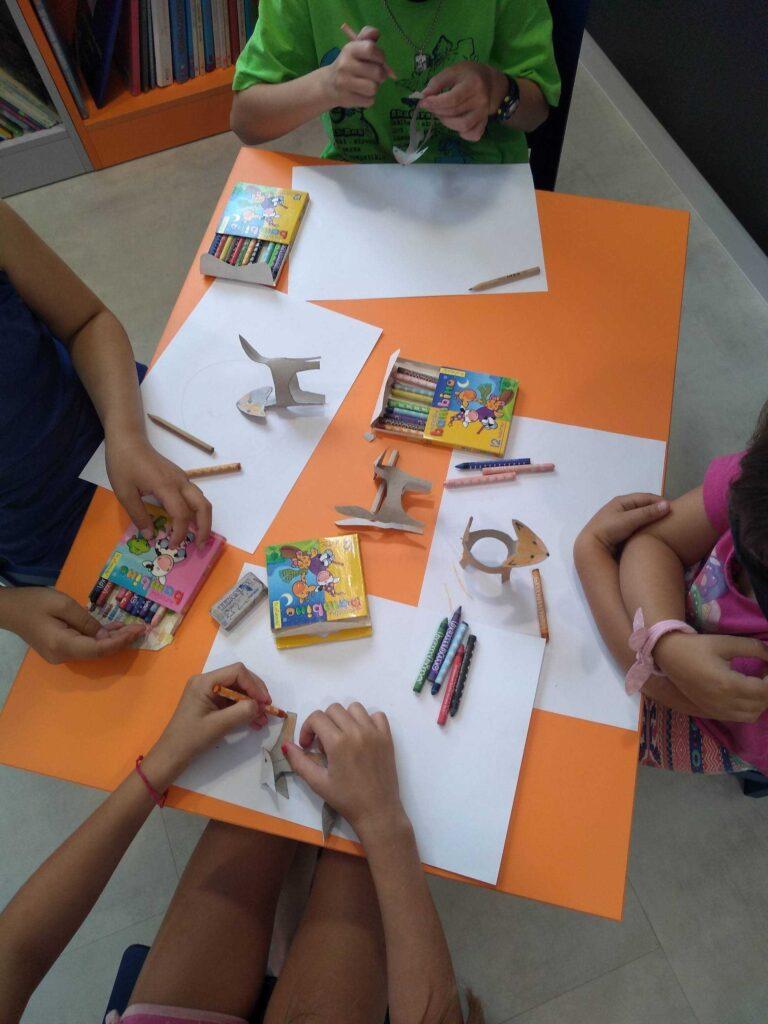 dzieci pracują przy stolikach w filii nr 2