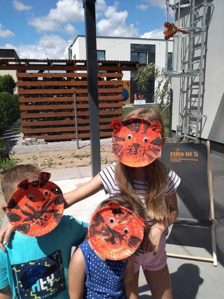 Dzieci we własnoręcznie zrobionych maskach tygrysów