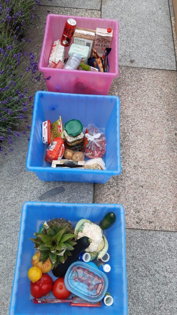 trzy kolorowe pojemniki z artykułami spożywczymi przeznaczonymi do piramidy zdrowego odżywiania
