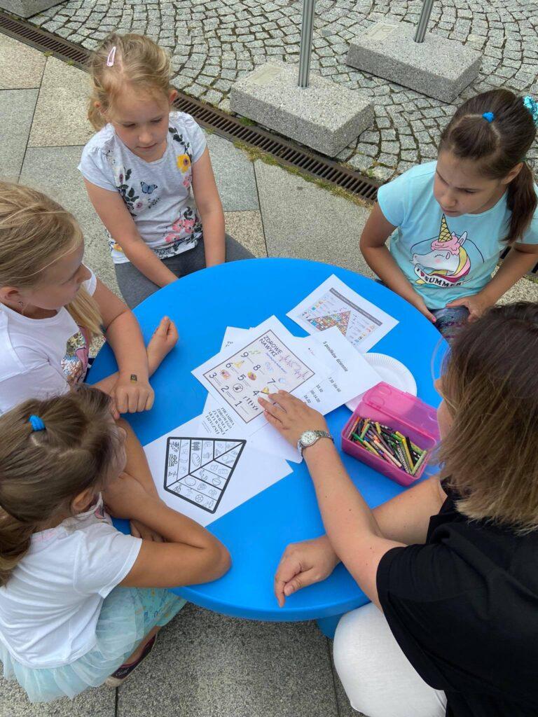 dzieci siedzące przy stoliku