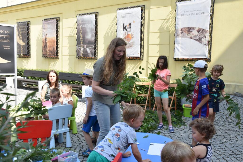 Pani Monika Drozdowska z Nadleśnictwa Świdnica przeprowadza pogadankę ekologiczną