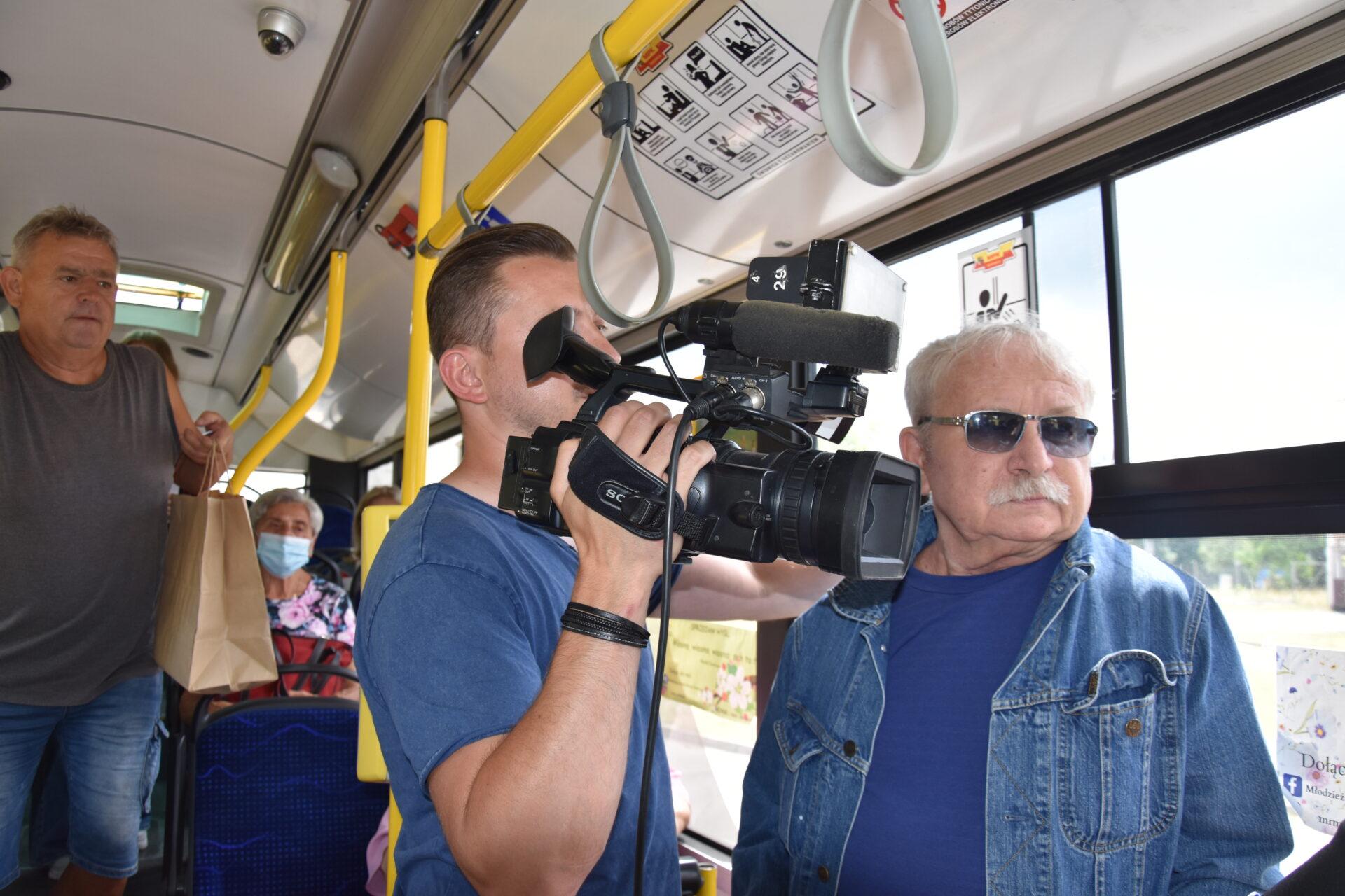 operator kamery i dziennikarz w autobusie