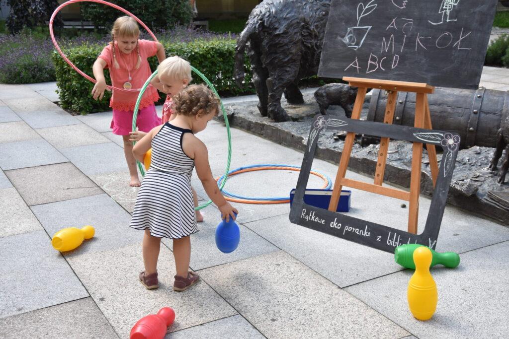 Dzieci grają w kręgle
