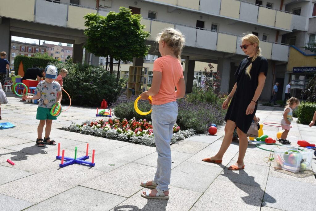 Dzieci grają w rzutki