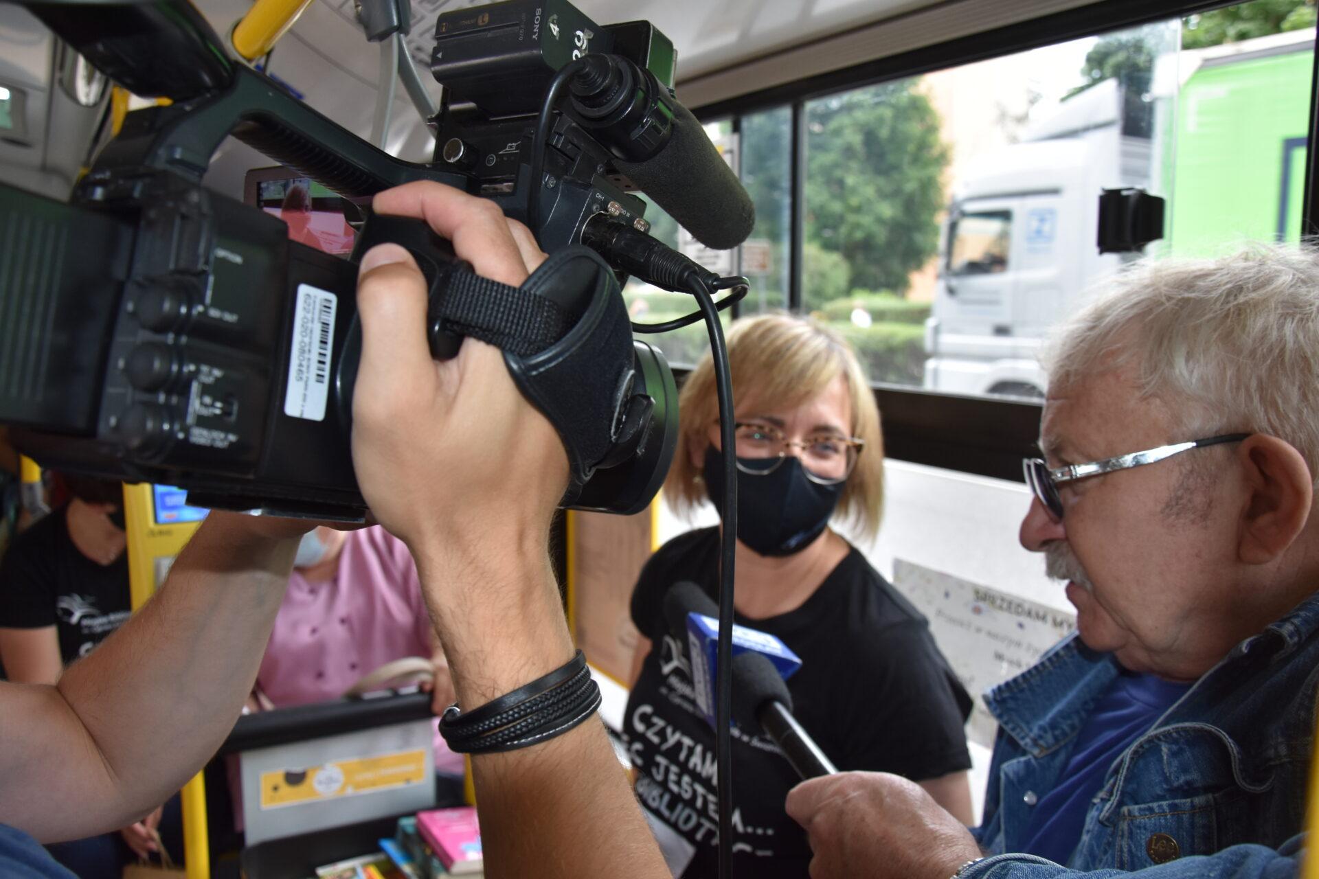 kierownik Wypożyczalni Naukowej i Czytelni Czasopism z Miejskiej Biblioteki Publicznej w Świdnicy udzielająca wywiadu w autobusie