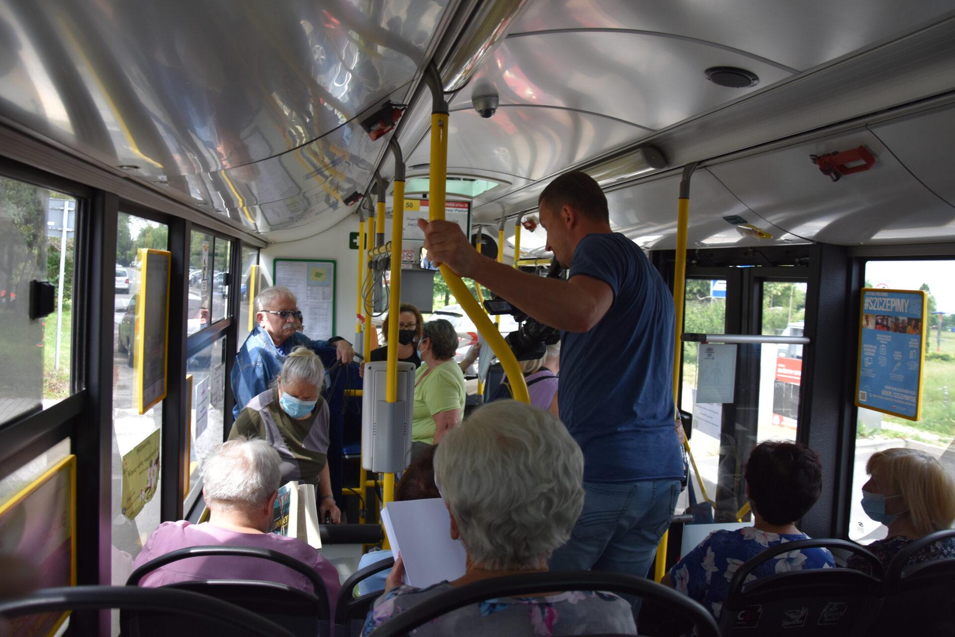 ludzie jadący autobusem MPK
