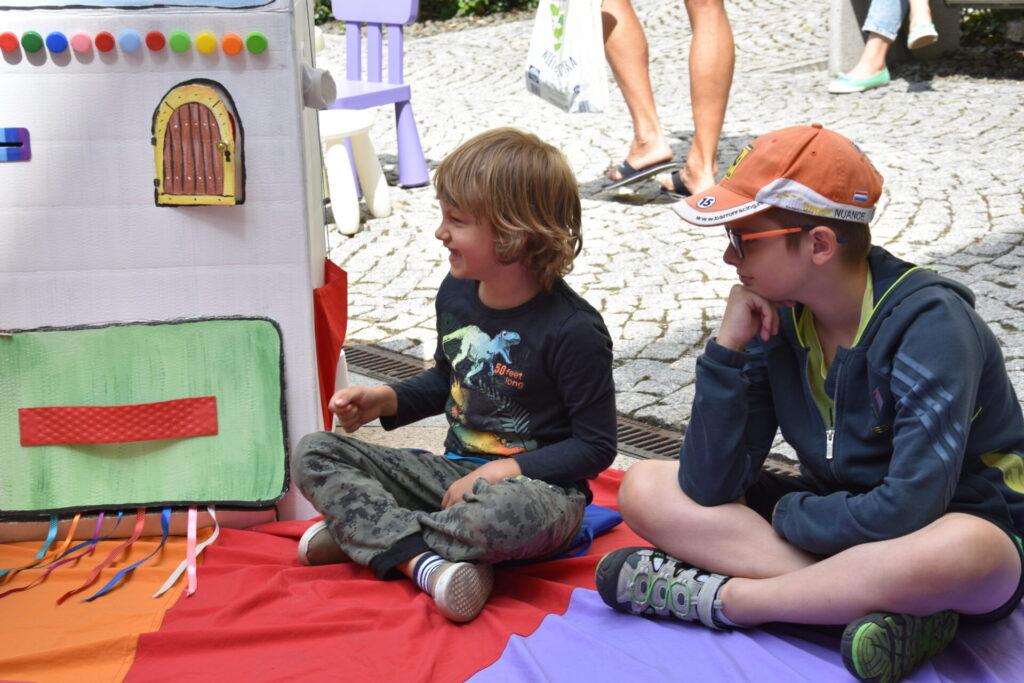 Dzieci podczas czytania bajki