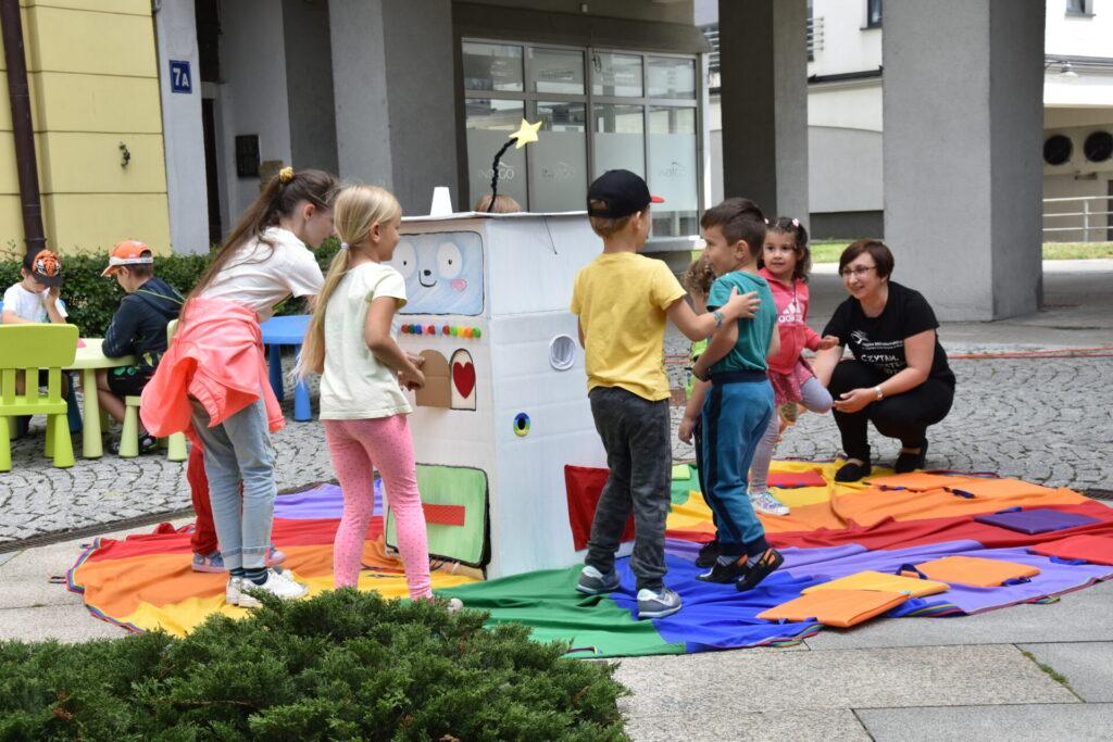Dzieci bawiące się na placu