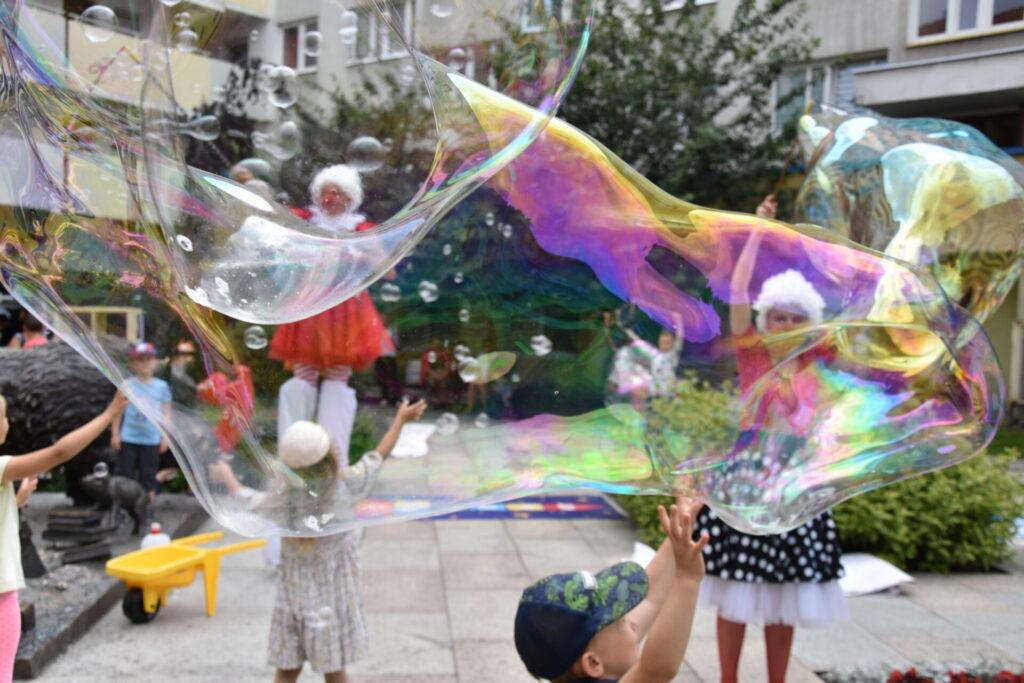 Dzieci puszczające bańki mydlane