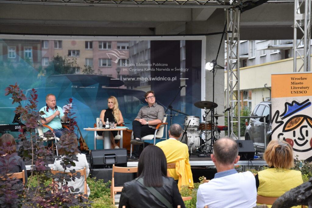 Na scenie rozmawiają Karol Maliszewski,  Joanna Roszak i Tadeusz Dąbrowski