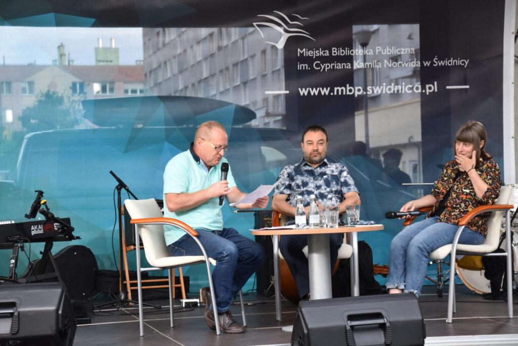 Na scenie Karol Maliszewski rozmawia z z Klarą Nowakowską i Andrzejem Niewiadomskim