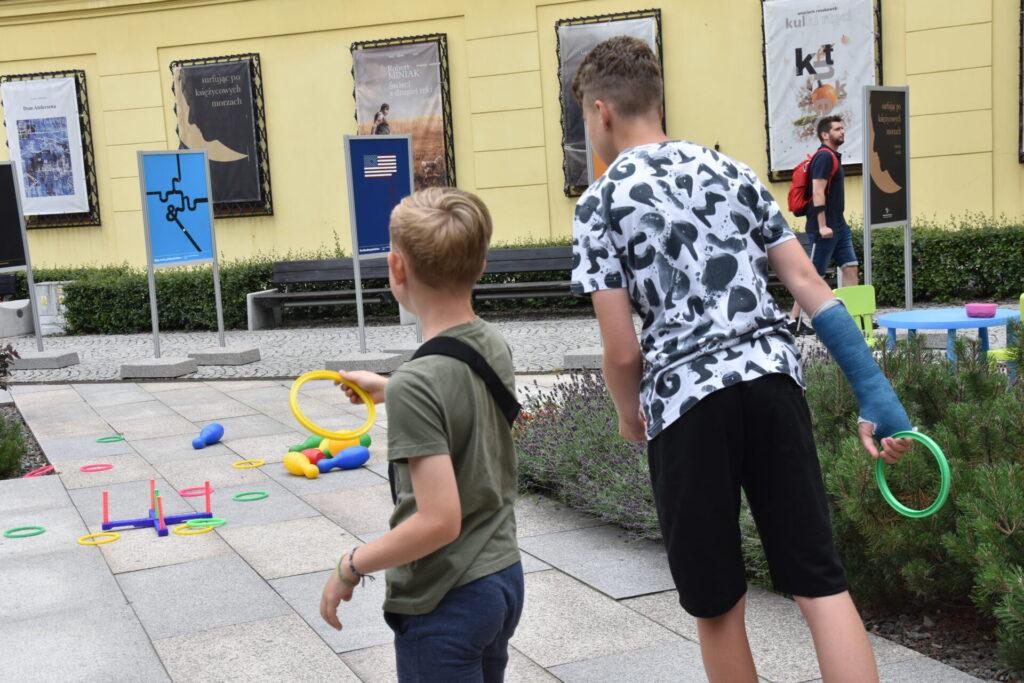 Chłopcy grają w rzutki