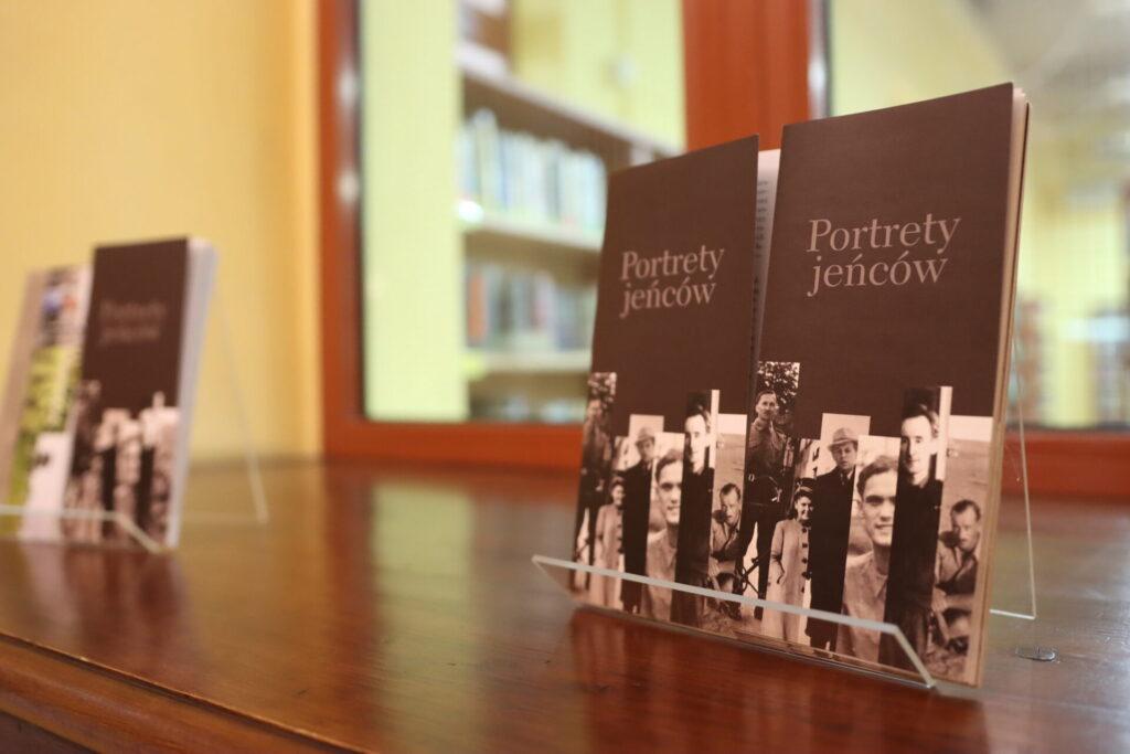 """""""Portrety jeńców"""" - wystawa prezentowana na holu w bibliotece"""