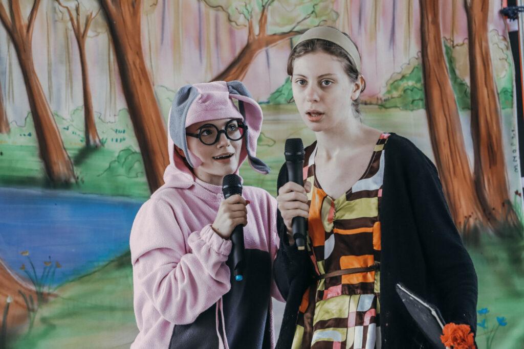 dwie aktorki na tle scenografii