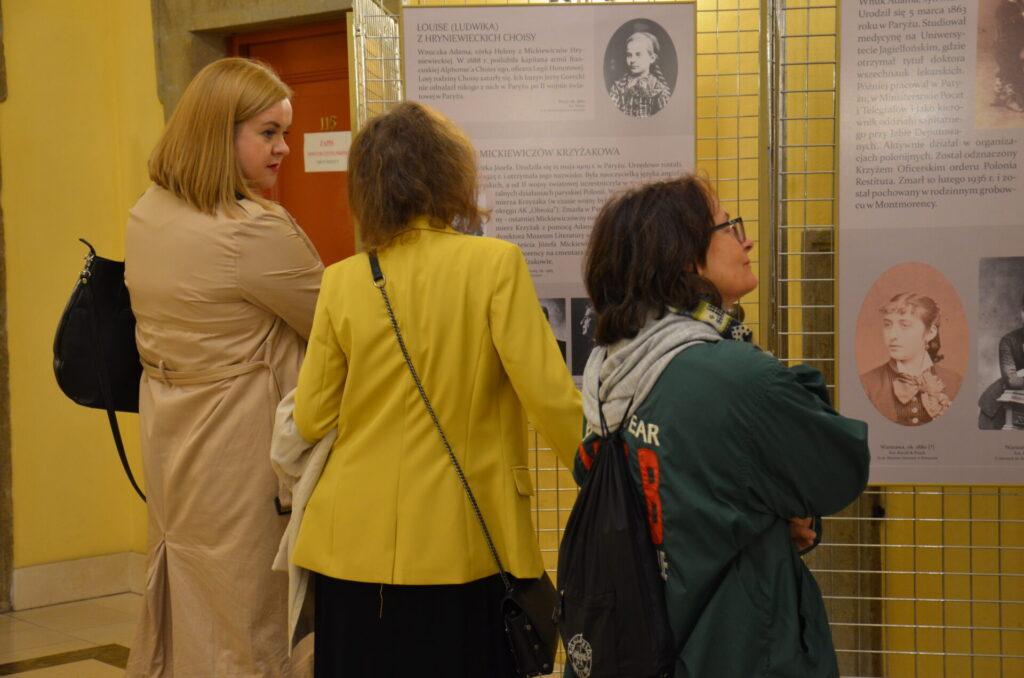 Zwiedzający wystawę w Miejskiej Bibliotece Publicznej w Świdnicy