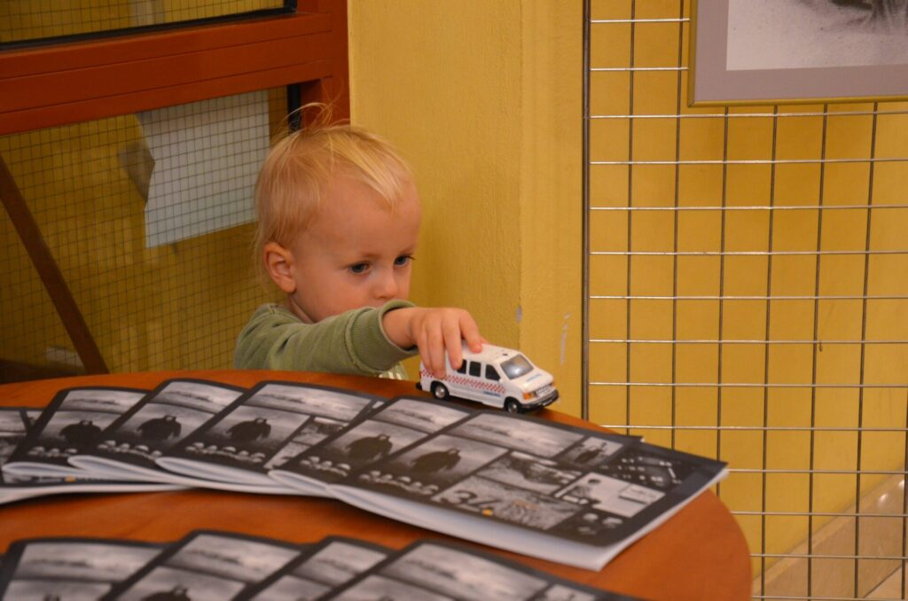 Mały chłopiec na tle folderów